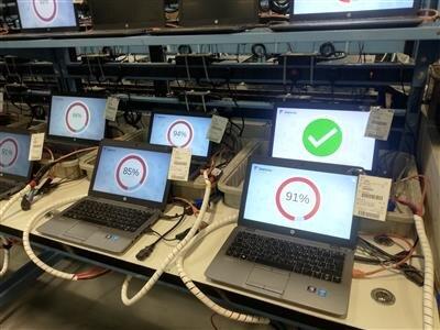 Des disques durs en train d'être effacés avec le logiciel Blancco