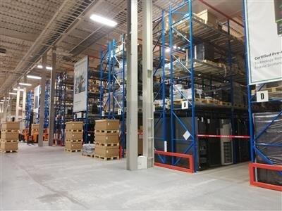 Le stock de produit à vendre/réutiliser se trouve dans les étagères bleues