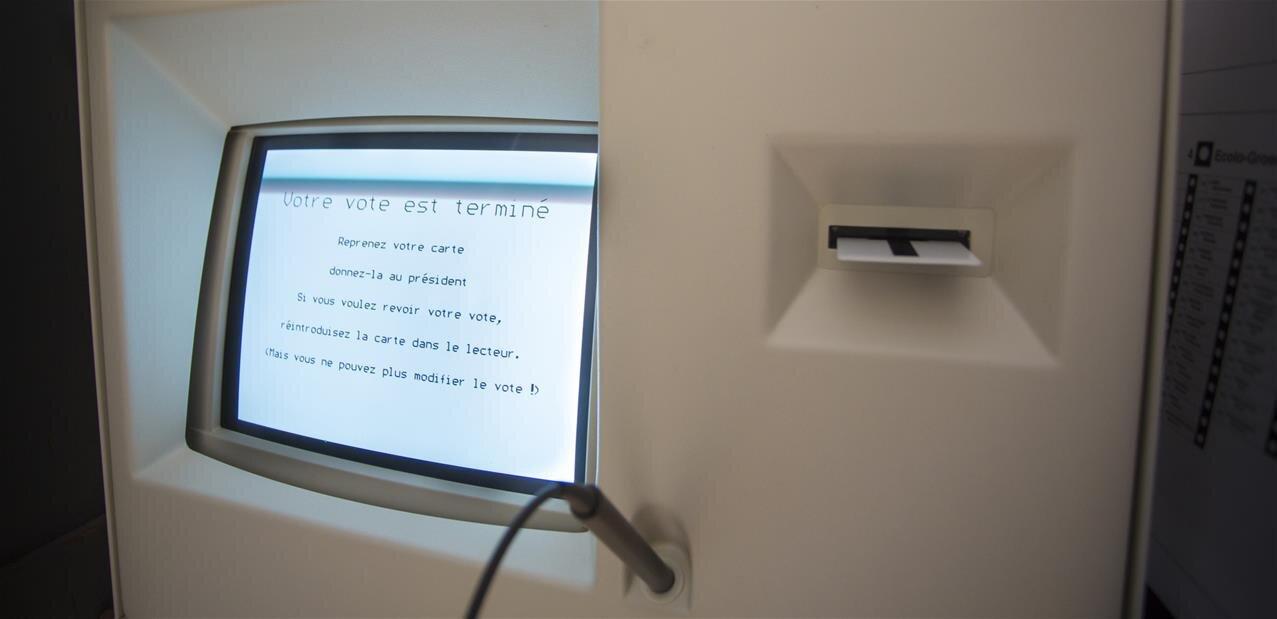 Machines à voter : le moratoire reste « maintenu », confirme le gouvernement