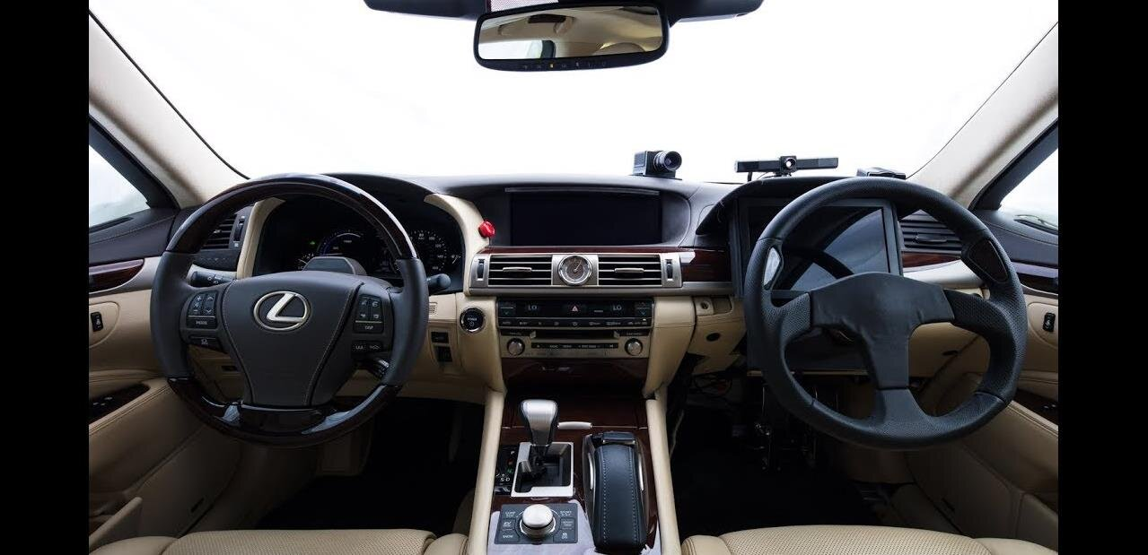Toyota présente une voiture autonome avec… deux volants !