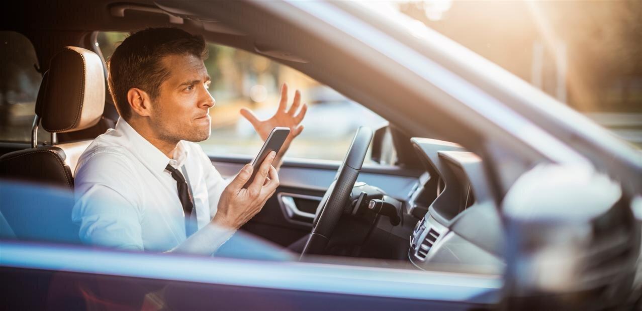 Au Royaume-Uni, des panneaux « intelligents » pour dissuader l'utilisation du smartphone au volant