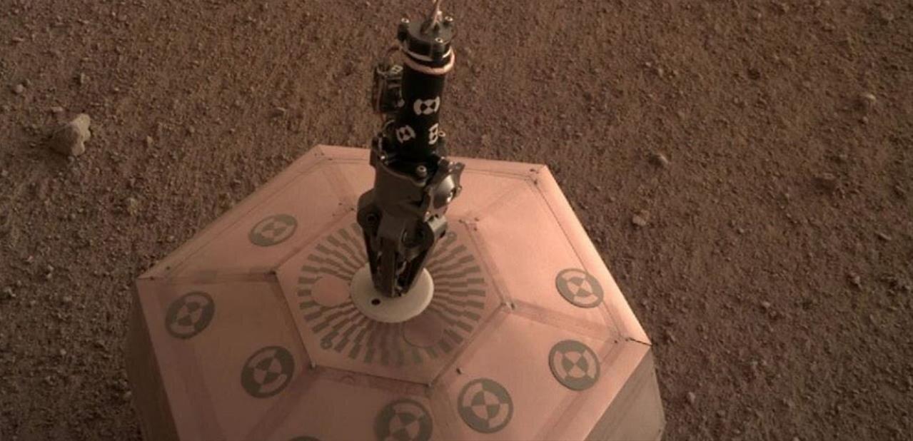 InSight : le sismomètre français SEIS est posé sur le sol martien