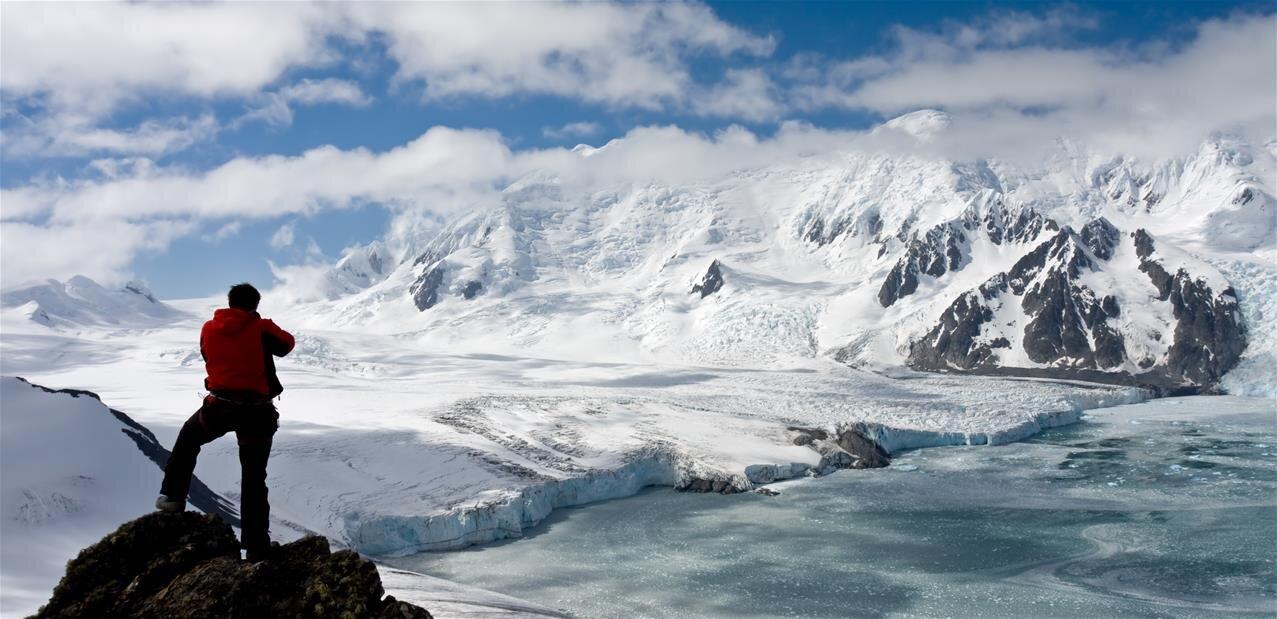 Avant le départ d'un raid de 4 000 km en Antarctique, le CNRS retrace les grandes expéditions scientifiques