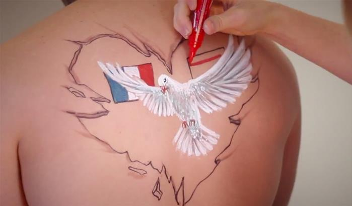 Jody Steel : un body-painting pour la paix