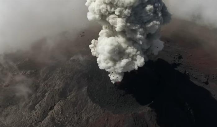 Un drone survole un volcan en éruption