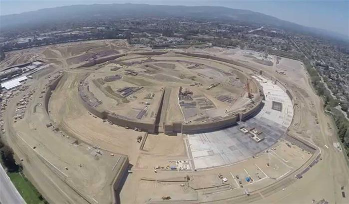 Un drone survole le chantier du nouveau Campus d'Apple à Cupertino
